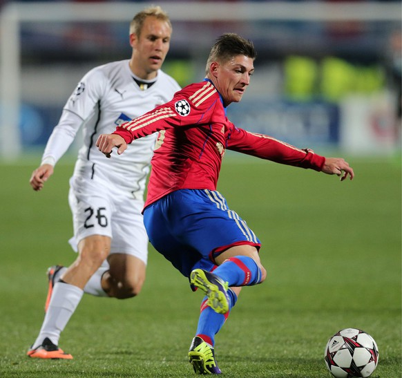 epa03892966 Steven Zuber (R) of CSKA Moscow vies for the ball with Daniel Kolar (L) of FC Viktoria Plzen during the UEFA Champions League group D soccer match between CSKA Moscow and FC Viktoria Plzen at the Petrovsky stadium in St. Petersburg, Russia, 02 October 2013.  EPA/ANATOLY MALTSEV