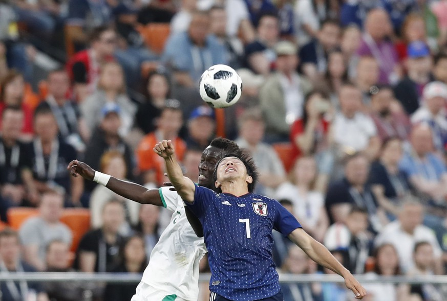 epa06836946 Idrissa Gueye (L) of Senegal and Gaku Shibasaki of Japan in action during the FIFA World Cup 2018 group H preliminary round soccer match between Japan and Senegal in Ekaterinburg, Russia, 24 June 2018.