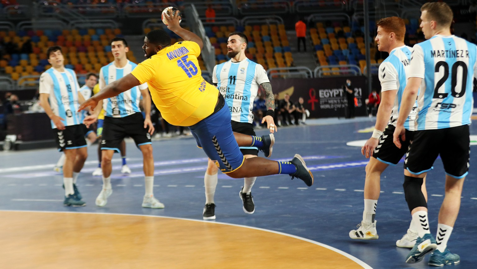 epa08939665 Gauthier Mvumbi Thierry (C) of Congo attempts to score during the match between Argentina and D.R. Congo at the 27th Men's Handball World Championship in Cairo, Egypt, 15 January 2021.  EPA/Mohamed Abd El Ghany / POOL