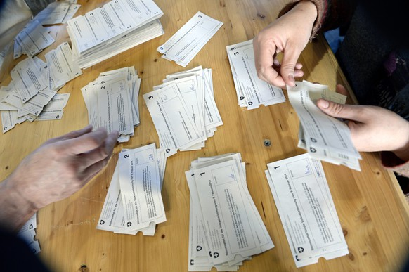 epaselect epa04064186 Ballots are counted in Zurich, Switzerland, 09 February 2014. Swiss citizens vote on the initiative 'Against Mass Immigration' launched by the Swiss People's Party (Schweizerische Volkspartei, SVP) which want to limit the annual numbers of migrant workers to Switzerland. Most political parties and business groups warned that such a step could have negative consequences for Swiss relations with the European Union, the country's most important trading partner. Swiss voters are deeply divided on whether to place limits on immigration, according to a first projection of Sunday's referendum on the subject.  EPA/WALTER BIERI