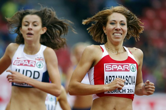 Jessica Judd of Britain and Marina Arzamasova of Belarus (R) react after competing in the women's 800 metres heats during the European Athletics Championships at the Letzigrund Stadium in Zurich August 13, 2014. REUTERS/Arnd Wiegmann (SWITZERLAND  - Tags: SPORT ATHLETICS)