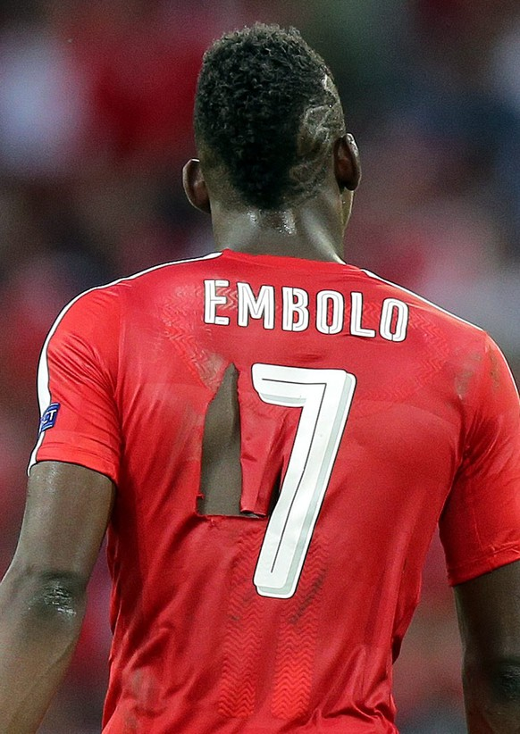 epa05379055 Breel Embolo (R) of Switzerland wearing a torn jersey during the UEFA EURO 2016 group A preliminary round match between Switzerland and France at Stade Pierre Mauroy in Lille Metropole, France, 19 June 2016.   (RESTRICTIONS APPLY: For editorial news reporting purposes only. Not used for commercial or marketing purposes without prior written approval of UEFA. Images must appear as still images and must not emulate match action video footage. Photographs published in online publications (whether via the Internet or otherwise) shall have an interval of at least 20 seconds between the posting.)  EPA/MOHAMED MESSARA   EDITORIAL USE ONLY