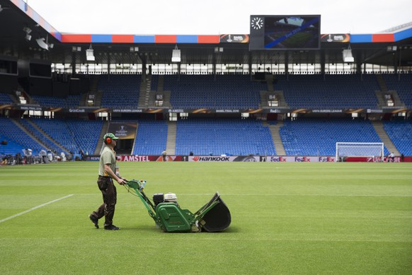 A greenkeeper rolls the pitch prior to the UEFA Europa League final between England's Liverpool FC and Spain's Sevilla Futbol Club at the St. Jakob-Park stadium in Basel, Switzerland, on Wednesday, May 18, 2016. (KEYSTONE/Peter Klaunzer)