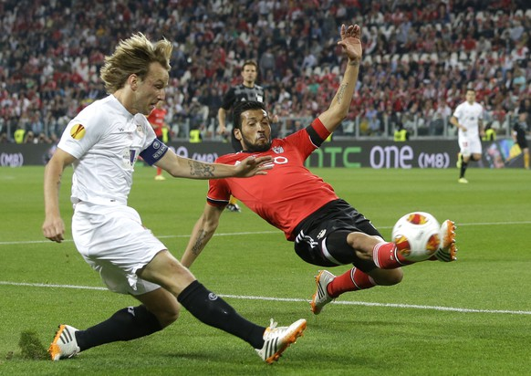Benfica's Ezequiel Garay fights for the ball against Sevilla's Ivan Rakitic during the Europa League soccer final between Sevilla and Benfica, at the Turin Juventus stadium in Turin, Italy, Wednesday, May 14, 2014. (AP Photo/Andrew Medichini)