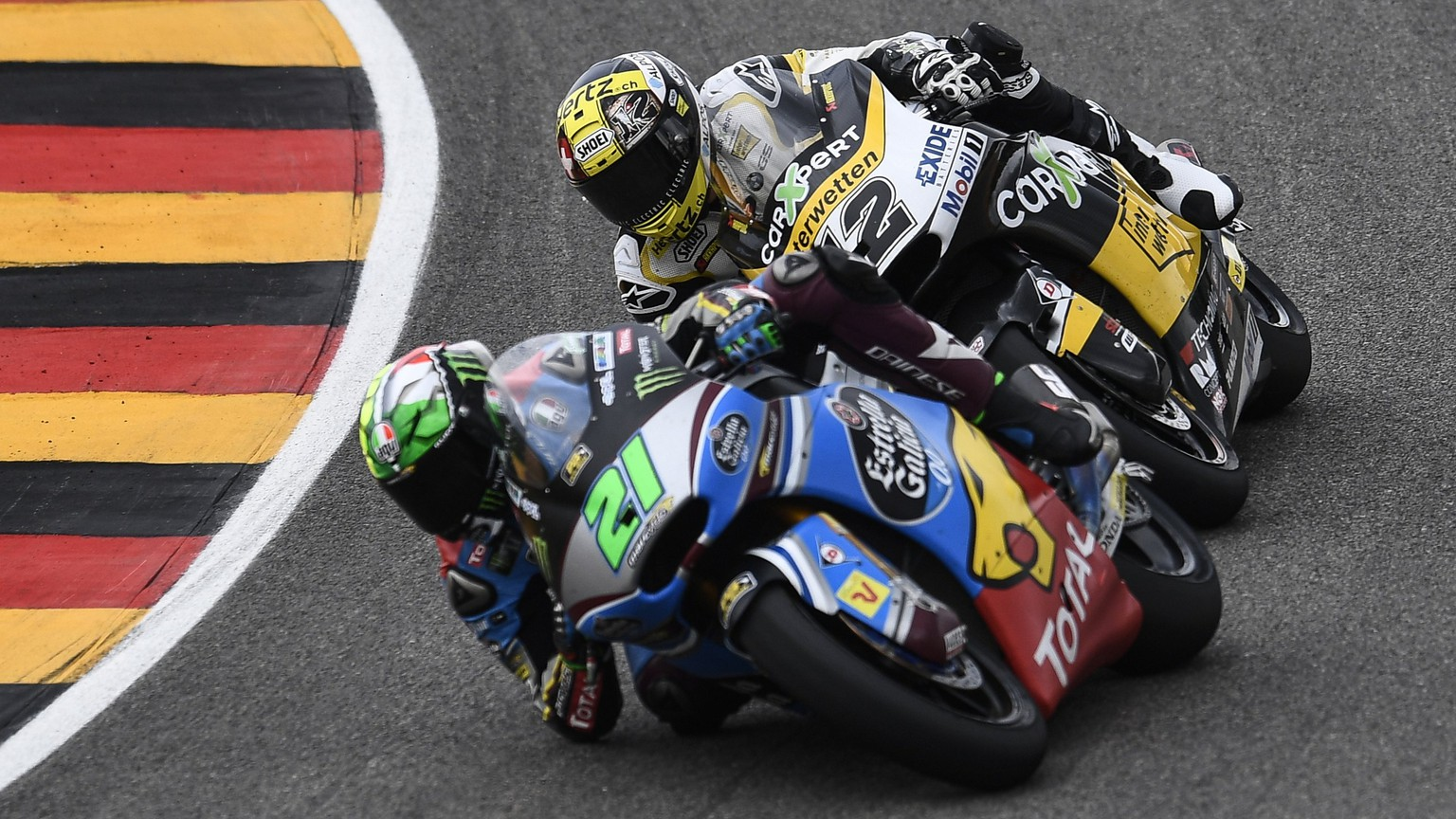 epa06061318 Italian Moto2 rider Franco Morbidelli of EG 0,0 Marc VDS (L) and Swiss Moto2 rider Thomas Luethi of the CarXpert Interwetten team in action during the the Moto2 race of the the motorcycling Grand Prix of Germany at the Sachsenring racing circuit in Hohenstein-Ernstthal, Germany, 02 July 2017.  EPA/FILIP SINGER