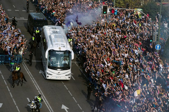 epa06705076 Real Madrid's supporters cheer next to the bus carrying Real Madrid's players upon arrival at Santiago Bernabeu stadium in Madrid, Spain, 01 May 2018. Real Madrid will face Bayern Munich in their UEFA Champions League semi final second leg soccer match in Madrid on 01 May 2018.  EPA/Rodrigo Jimenez