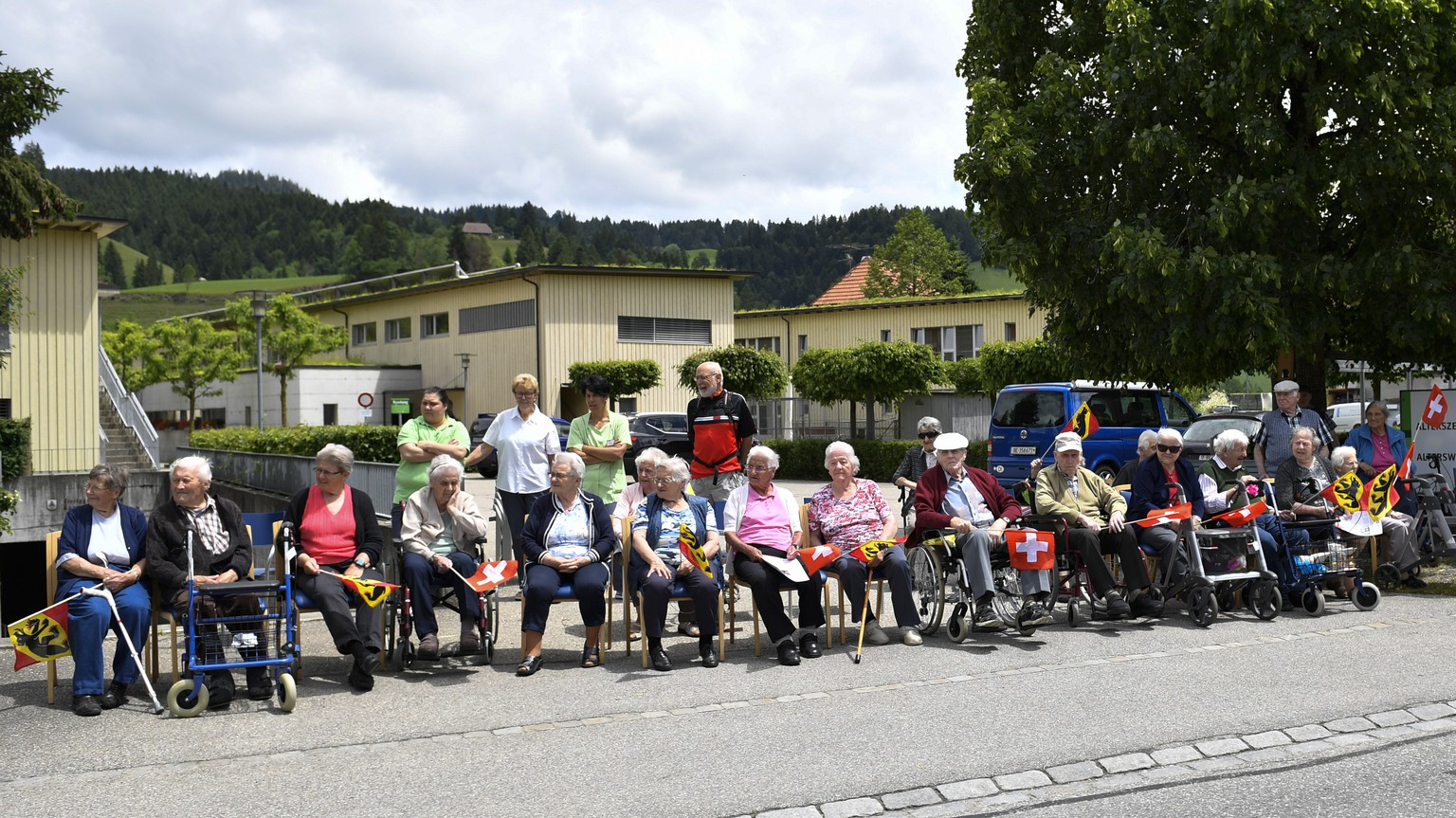 Spectators await the arrival of the peloton during the second stage, a 159.9 km circuit race with start and finish in Langnau im Emmental, Switzerland, at the 83rd Tour de Suisse UCI ProTour cycling race, on Sunday, June 16, 2019. (KEYSTONE/Gian Ehrenzeller)
