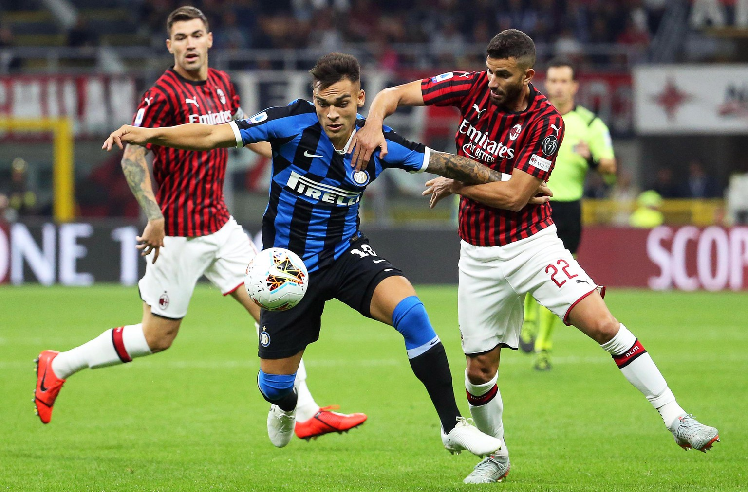 epa07859978 Milan's Mateo Musacchio (R) in action against Inter's Lautaro Martinez (C) during the Italian Serie A soccer match between AC Milan and Inter Milan at Giuseppe Meazza stadium in Milan, Italy, 21 September 2019.  EPA/MATTEO BAZZI