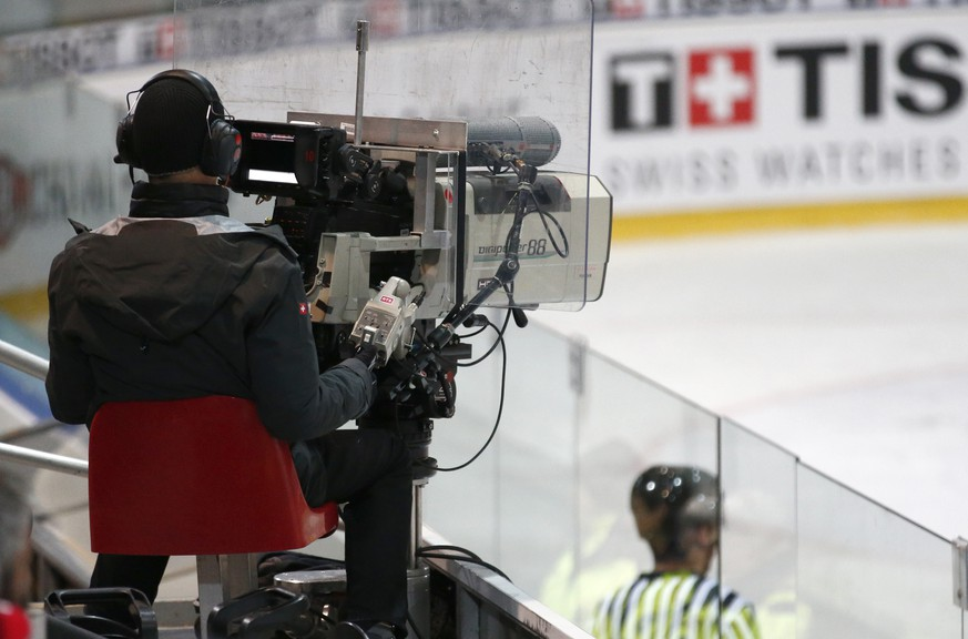 A TV man films during the ice hockey Champions League match 1/8 Final between HC Fribourg-Gotteron and KalPa Kuopio of Finland, in Fribourg, Switzerland, Tuesday, November 8, 2016. (KEYSTONE/Thomas Hodel)
