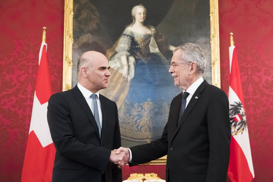 epa06426465 Austrian President Alexander Van der Bellen (R) welcomes Swiss Federal President Alain Berset (L) at the Hofburg Palace, during Berset's two days state visit to Austria, in Vienna, Austria, 09 January 2018.  EPA/PETER KLAUNZER