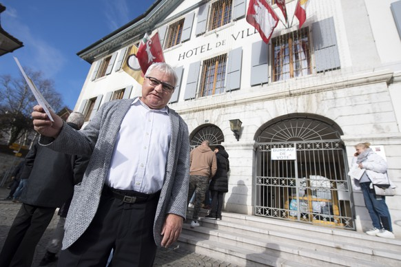Le maire de Moutier Marcel Winistoerfer pose avec ses bulletins de vote avant d'aller voter a l'Hotel de Ville lors du resultat des des elections a la mairie de la ville du jura bernois de Moutier ce dimanche 25 novembre 2018 a Moutier. (KEYSTONE/Laurent Gillieron)