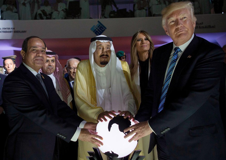 epa05980362 A handout photo made available by the Saudi Press Agency (SPA) shows US President Donald J. Trump (R), US First Lady Melania Trump (R-2), King Salman bin Abdulaziz al-Saud of Saudi Arabia (C) and Egyptian President Abdel Fattah al-Sisi (L) opening the World Center for Countering Extremist Thought in Riyadh, Saudi Arabia, 21 May 2017. President Trump is in Ridayah to attend the Gulf Cooperation Council summit (GCC).  EPA/SAUDI PRESS AGENCY HANDOUT  HANDOUT EDITORIAL USE ONLY/NO SALES