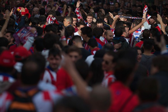 MADRID, SPAIN - APRIL 14:  Atletico Madrid fans soak up the pre-match atmopshere prior to the UEFA Champions League Quarter Final First Leg match between Club Atletico de Madrid and Real Madrid CF at Vicente Calderon Stadium on April 14, 2015 in Madrid, Spain.  (Photo by Gonzalo Arroyo Moreno/Getty Images)