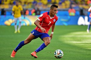 (FILES) In this photograph taken on June 28, 2014, Chile's forward Alexis Sanchez dribbles the ball during the Round of 16 football match between Brazil and Chile at The Mineirao Stadium in Belo Horizonte during the 2014 FIFA World Cup.  Chile's star World Cup striker Alexis Sanchez agreed to join Arsenal on July 10, 2014, on a long-term contract for an undisclosed fee, the English Premier League side announced. Sanchez, 25, joins Arsenal from Barcelona where he made a total of 88 appearances, scoring 39 goals during his three seasons with the Catalan side.    AFP PHOTO / MARTIN BERNETTI/FILES