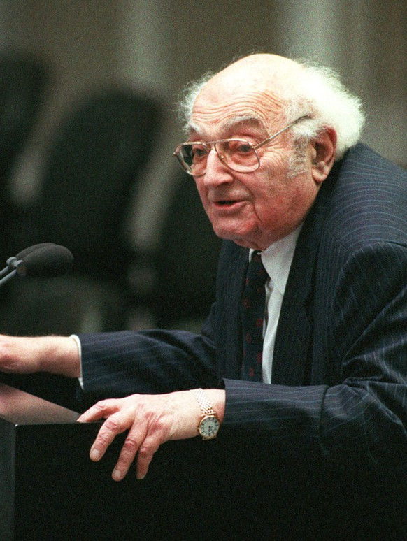 German writer Stefan Heym during his opening speech of the new German parliament in Berlin's Reichstag building, November 10, 1994. The 88-year-old Heym, who belonged to the parliament faction of the Party of Democratic Socialism (PDS). (KEYSTONE/AP PHOTO/Jockel Finck)