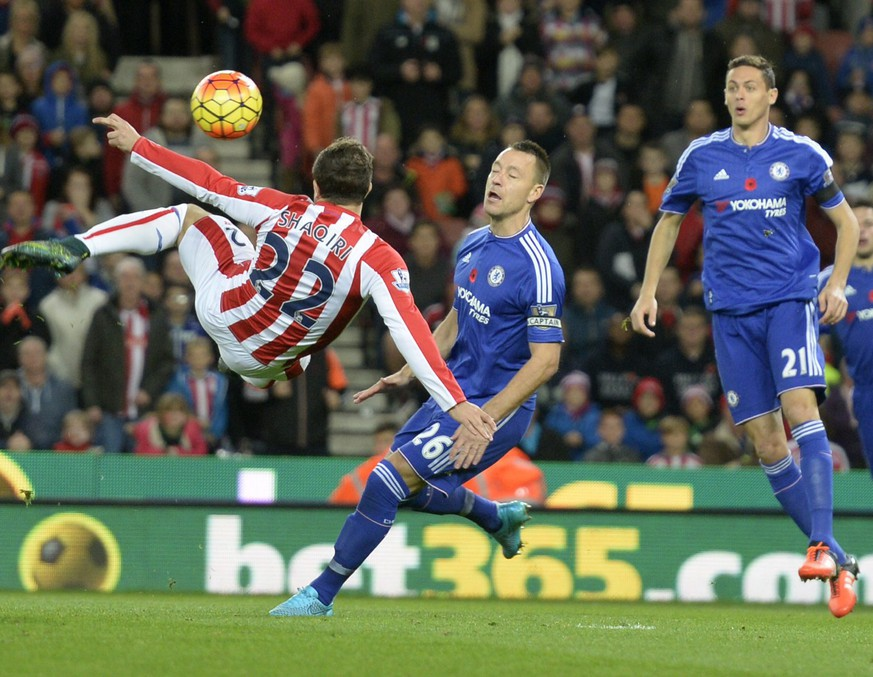 epa05015888 Stoke's Xherdan Shaqiri (L) in action during the English Premier League soccer match between Stoke City and Chelsea at the Britannia stadium in Stoke, Britain, 07 November 2015.  EPA/PHIL RICHARDS EDITORIAL USE ONLY. No use with unauthorized audio, video, data, fixture lists, club/league logos or 'live' services. Online in-match use limited to 75 images, no video emulation. No use in betting, games or single club/league/player publications.
