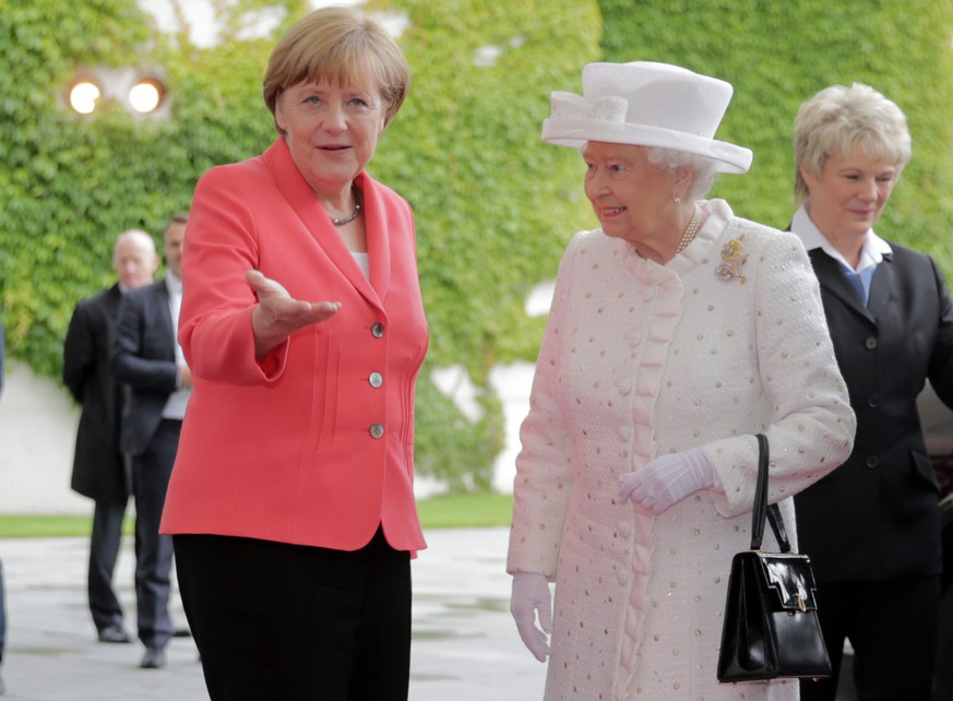 epa04816618 British Queen Elizabeth II (R) is received by German Chancellor Angela Merkel (L)  at the Chancellery in Berlin, Germany, 24 June 2015. Queen Elizabeth II and The Duke of Edinburgh are on their fifth state visit to Germany, taking place from 23 to 26 June.  EPA/MICHAEL KAPPELER