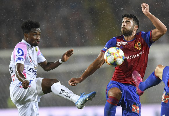 epa07771880 LASK'S Samuel Tetteh (L) in action against Basel's Eray Ervin Comert during the UEFA Champions League third qualifying round, second leg soccer match between LASK and FC Basel, in Linz, Austria, 13 August 2019.  EPA/ANDREAS SCHAAD