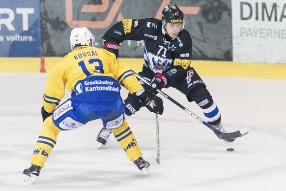 L'attaquant davosiens Robert Kousal, gauche, lutte pour le puck avec l'attaquant fribourgeois Killian Mottet, droite, lors du match du championnat suisse de hockey sur glace de National League entre le HC Fribourg-Gotteron et le HC Davos ce samedi, 4 novembre 2017 a la BCF Arena de Fribourg. (KEYSTONE/Cyril Zingaro)