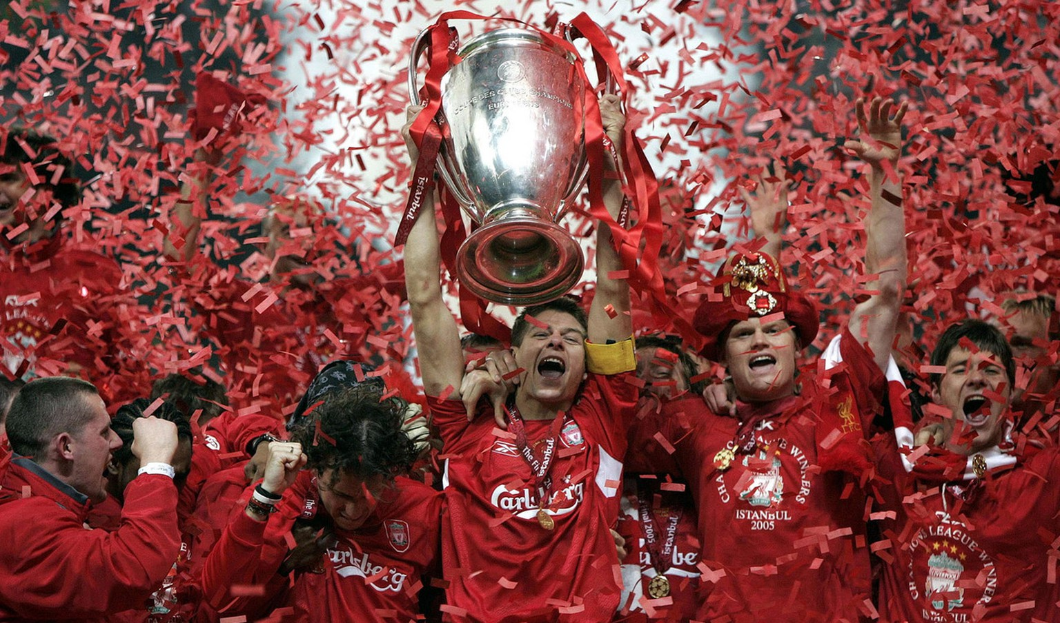 Liverpool's captain Steven Gerrard, center, lifts the Champions League trophy at The Ataturk Olympic Stadium, Istanbul, Turkey, Wednesday May 25, 2005.  Liverpool won the Champions League final beating AC Milan 3-2 on penalties after the teams were level at 3-3 after 120 minutes. (KEYSTONE/AP Photo/PA, Phil Noble) === UNITED KINGDOM OUT   ===