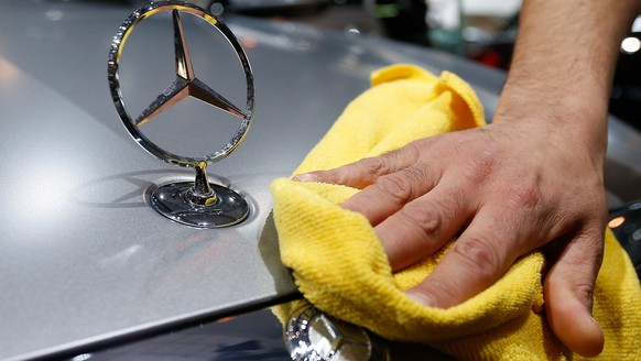 epa08033280 (FILE) - A file photo dated 13 January 2016 showing a worker polishing the hood of a Mercedes vehicle during the inauguration of the Brussels Motor Show in Brussels, Belgium (reissued 29 November 2019). German carmaker Daimler AG said 29 November 2019 it plans to cut more than 10,000 of its workforce in the next two years.  EPA/LAURENT DUBRULE *** Local Caption *** 52690614