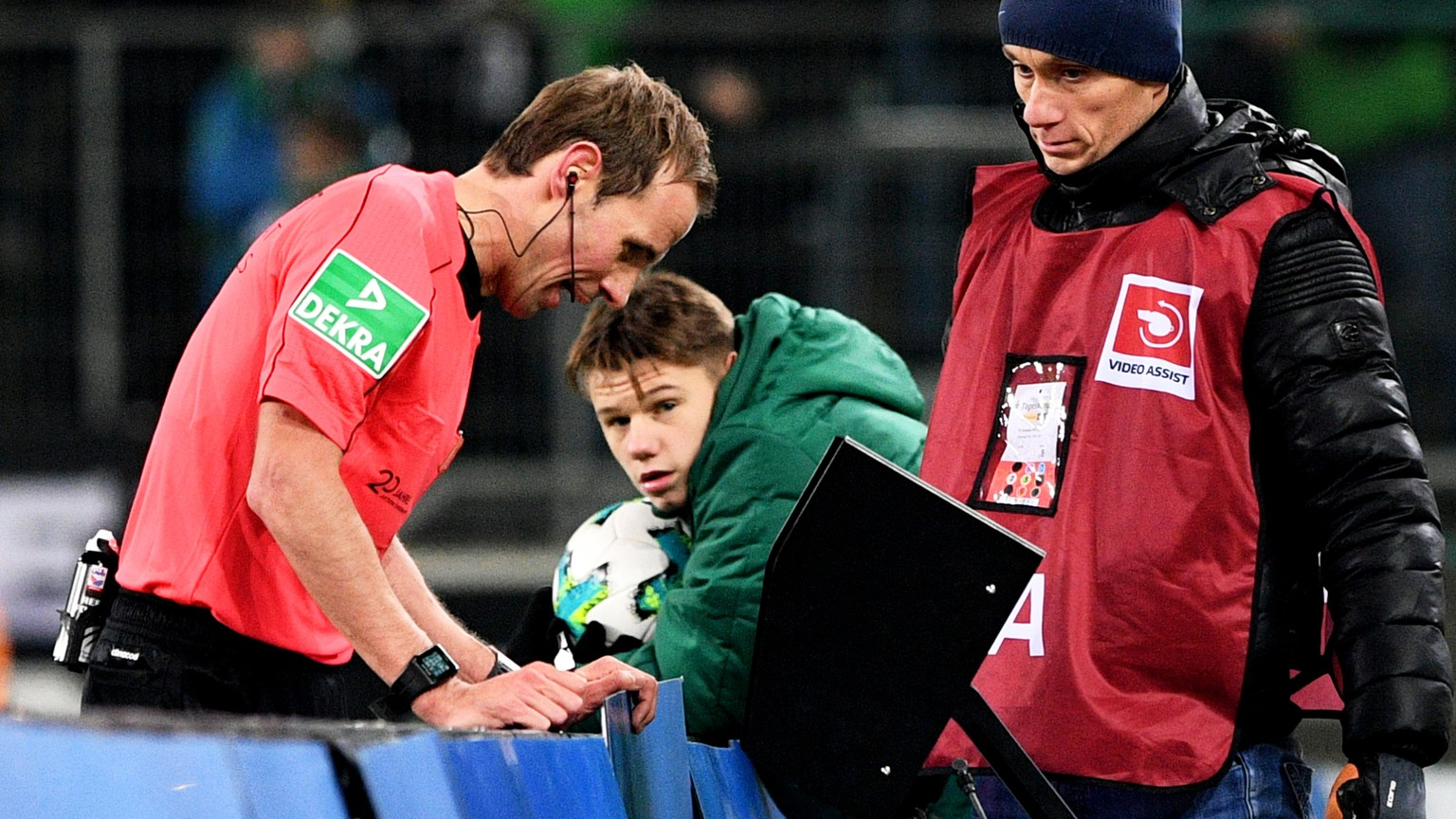 epa06379699 Referee Sascha Stegemann (L) looks at a replay of the video assistant referee (VAR) system during the German Bundesliga soccer match between Borussia Moenchengladbach and FC Schalke 04 at Borussia-Park in Moenchengladbach, Germany, 09 December 2017.  EPA/SASCHA STEINBACH EMBARGO CONDITIONS - ATTENTION: Due to the accreditation guidelines, the DFL only permits the publication and utilisation of up to 15 pictures per match on the internet and in online media during the match.