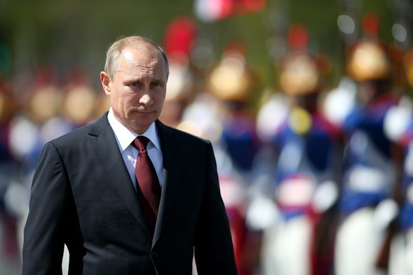epa04341919 (FILE) A file picture dated 14 July 2014 shows Russian President Vladimir Putin reviewing a welcome ceremony at Planalto Palace in Brasilia, Brazil. According to reports, Putin on 05 August has threatened to respond to the latest sanctions imposed on Russia by the EU and US.  EPA/FERNANDO BIZERRA JR *** Local Caption *** 51480702