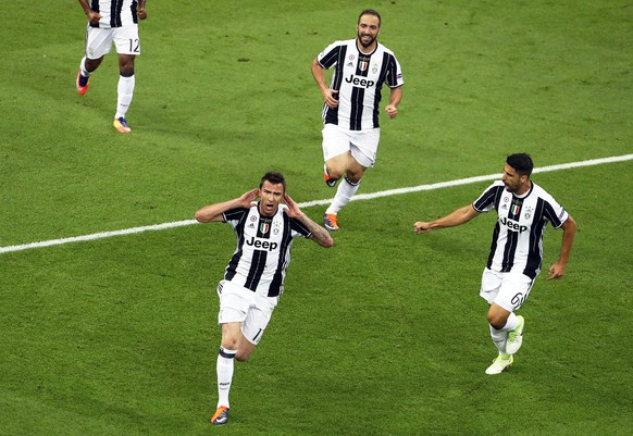 epa06008598 Juventus' Mario Mandzukic (L) celebrates after scoring the 1-1 equalizer during the UEFA Champions League final between Juventus FC and Real Madrid at the National Stadium of Wales in Cardiff, Britain, 03 June 2017. EPA/GEOFF CADDICK