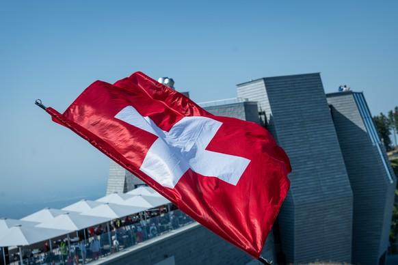 Eine Schweizerfahne an der Bundesfeier am Nationalfeiertag auf dem Monte Generoso, am Samstag, 1. August 2020. (KEYSTONE/Ti-Press/Elia Bianchi)