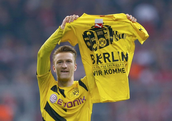 Borussia Dortmund's Marco Reus celebrates after defeating Bayern Munich in the German Cup (DFB Pokal) semi-final soccer match in Munich, Germany April 28, 2015. Dortmund won the match 2-0 on penalties.       REUTERS/Michael Dalder  DFB RULES PROHIBIT USE IN MMS SERVICES VIA HANDHELD DEVICES UNTIL TWO HOURS AFTER A MATCH AND ANY USAGE ON INTERNET OR ONLINE MEDIA SIMULATING VIDEO FOOTAGE DURING THE MATCH.