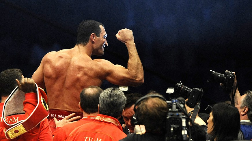 ARCHIVBILD ZUM RUECKTRITT DES BOXERS WLADIMIR KLITSCHKO, AM DONNERSTAG, 03. AUGUST 2017. ---- IBF, IBO, WBO Heavyweight Box Champion Wladimir Klitschko from the Ukraine celebrates after he won his fight against WBA Heavyweight Champion Ruslan Chagaev from Uzbekistan  in the Veltins Arena in Gelsenkirchen, western Germany, June 20, 2009, with technical Knock out in Round 9. (AP Photo/ Mark Keppler)