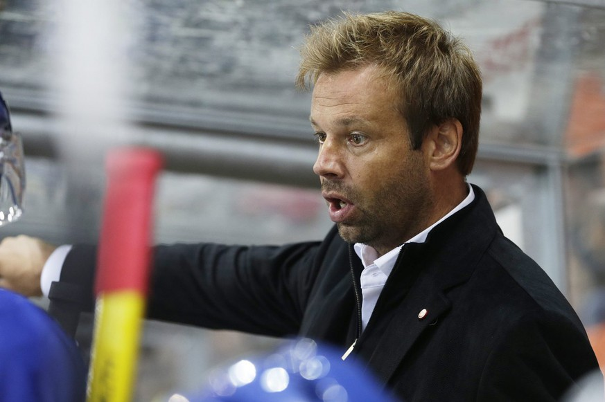Biel's assistant coach Gerd Zenhaeusern instructs his players, during the game of National League A (NLA) Swiss Championship between EHC Biel-Bienne and ZSC Lions, at the ice stadium Eisstadium Biel, in Biel, Switzerland, Friday, September 13, 2013. (KEYSTONE/Salvatore Di Nolfi)