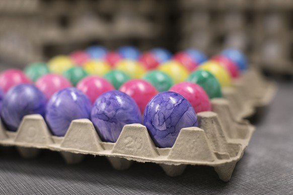 ZUR OSTEREIERVERARBEITUNG DES GEFLUEGELHOFS DAETWYLER STELLEN WIR IHNEN HEUTE FOLGENDES BILDMATERIAL ZUR VERFUEGUNG --- Colored Easter eggs in an egg carton on the poultry farm Daetwyler in Oberwangen in the Canton of Thurgau, Switzerland, pictured on February 28, 2018. The family business of Hans-Jakob and Rosmarie Daetwyler is specialized in the production of Easter eggs since 1990. Before Easter, they color around 6'000 eggs daily by hand in six different colors together with their son Pascal and daughter Jasmin as well as four employees. The hens of the poultry farm Daetwyler lay about 14'000 eggs per day that are sorted and packed on site. (KEYSTONE/Gaetan Bally)Gefaerbte Ostereier in einem Eierkarton auf dem Gefluegelhof Daetwyler in Oberwangen im Kanton Thurgau, aufgenommen am 28. Februar 2018. Der Familienbetrieb von Hans-Jakob und Rosmarie Daetwyler ist seit 1990 auf die Produktion von Ostereiern spezialisiert. Vor Ostern faerben sie zusammen mit Sohn Pascal und Tochter Jasmin sowie vier Angestellten taeglich von Hand rund 6'000 Eier in sechs verschiedenen Farben. Die Huehner des Gefluegelhofs Daetwyler legen um die 14'000 Eier pro Tag, die vor Ort sortiert und verpackt werden. (KEYSTONE/Gaetan Bally)