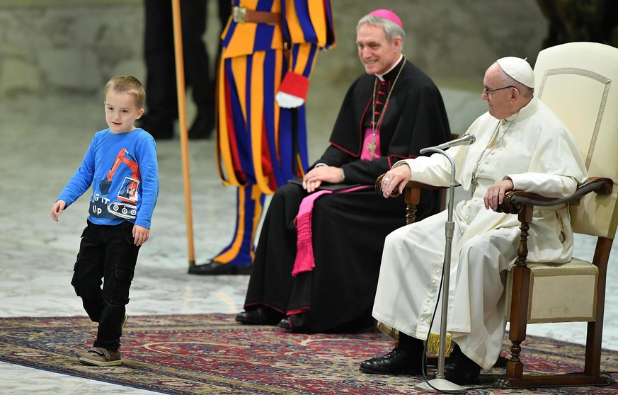 epa07194357 A child comes closer to Pope Francis (R) as he leads the weekly general audience in the Paul VI hall, in Vatican City, 28 November 2018.  EPA/ETTORE FERRARI