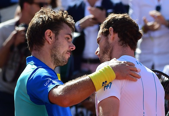 epa06019222 Stanislas Wawrinka of Switzerland (L) shakes hands with Andy Murray of Britain after winning their men's singles semi final match during the French Open tennis tournament at Roland Garros in Paris, France, 09 June 2017.  EPA/CAROLINE BLUMBERG