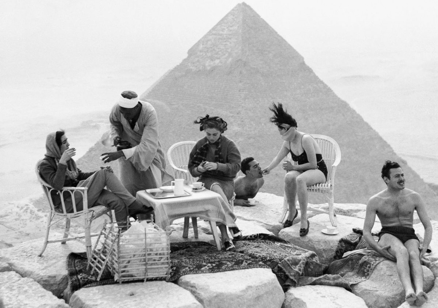 Tourists lounging on top of the Great Pyramid of Giza in 1938. [930 x 1207] bild: reddit
