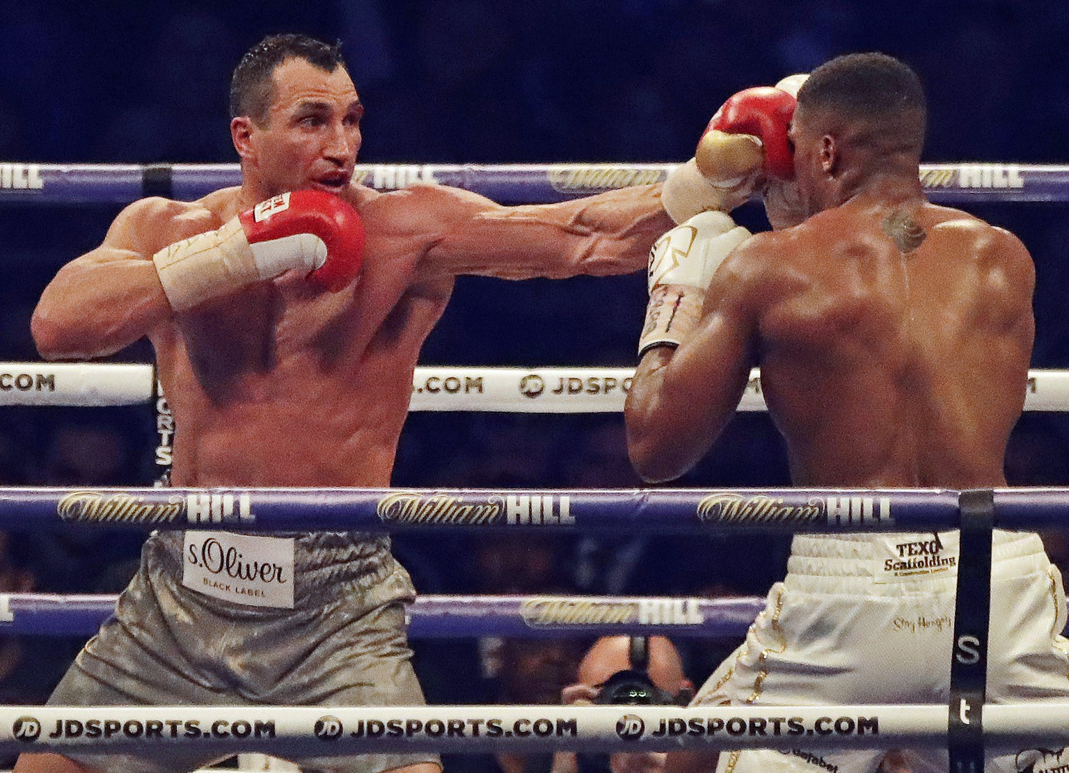 ARCHIVBILD ZU SDA-TEXT: LETZTER KAMPF VON WLADIMIR KLITSCHKO - This is a Saturday, April 29, 2017 file photo of Ukrainian boxer Wladimir Klitschko, left, as he lands a punch on British boxer Anthony Joshua, in the bout for Joshua's IBF and the vacant WBA Super World and IBO heavyweight titles at Wembley stadium in London. Former heavyweight world champion Wladimir Klitschko announced his retirement from boxing. In a statement released by his management Thursday, Aug. 3, 2017. The bout against Joshua was Klitschko's last fight.(AP Photo/Matt Dunham,File)
