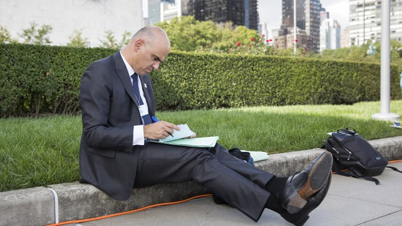 BILDPAKET -- ZUM JAHRESRUECKBLICK 2018 NATIONAL, STELLEN WIR IHNEN HEUTE FOLGENDES BILDMATERIAL ZUR VERFUEGUNG -- Swiss Federal President Alain Berset makes notes during a short break between bilateral meetings, at the 73rd session of the General Assembly of the United Nations at United Nations Headquarters in New York, New York, USA, September 26, 2018. (KEYSTONE/Peter Klaunzer)