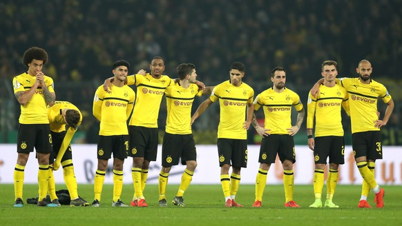 epa07346485 The team of Dortmund reacts after the German DFB Cup third round soccer match between Borussia Dortmund and SV Werder Bremen in Dortmund, Germany, 05 February 2019.  EPA/FRIEDEMANN VOGEL ATTENTION: The DFB prohibits the utilisation and publication of sequential pictures on the internet and other online media during the match (including half-time).