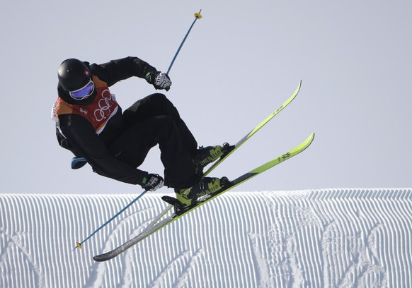 epa06537817 Andri Ragettli of Switzerland in action during the Men's Freestyle Skiing Ski Slopestyle competition at the Bokwang Phoenix Park during the PyeongChang 2018 Olympic Games, South Korea, 18 February 2018.  EPA/FAZRY ISMAIL