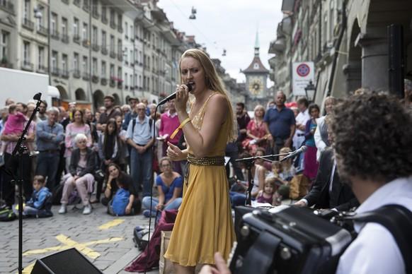 """""""Louisa Lyne & di Yiddishe Kapelye"""" spielen am Strassenmusikfestival Buskers am Donnerstag, 7. August 2014 in Bern. (KEYSTONE/Peter Klaunzer)"""