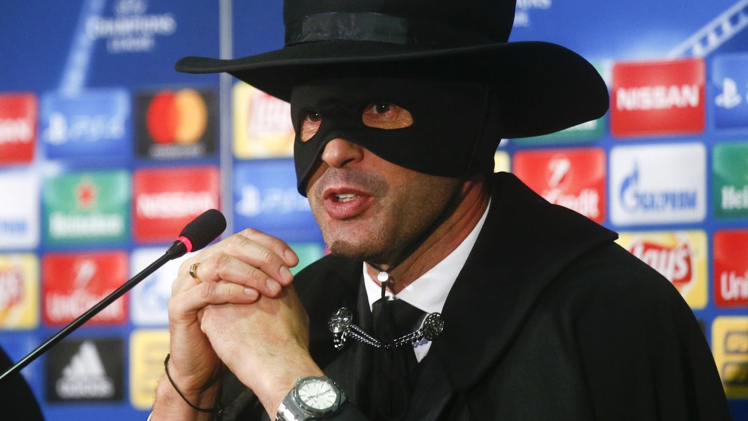 Donezk-Trainer Paulo Fonseca tritt als Zorro vor die Presse