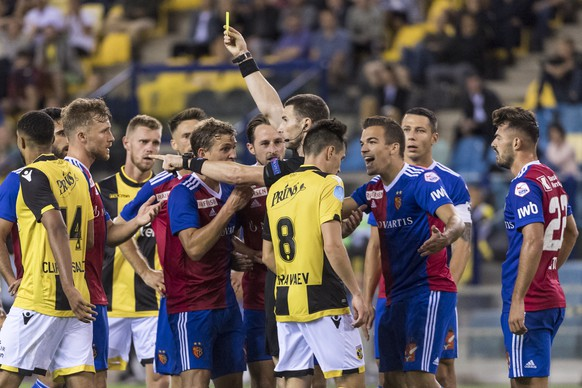 Basel's Silvan Widmer, Fabian Frei, Luca Zuffi and Kevin Bua, Marek Suchy and Albian Ajeti, from left, argue with Bulgarian referee Georgi Kabakov, center, who shows the yellow card, during the UEFA Europa League third qualifying round first leg match between Netherland's Vitesse and Switzerland's FC Basel 1893 in the GelreDome stadium in Arnhem, the Netherlands, on Thursday, August 9, 2018. (KEYSTONE/Georgios Kefalas)