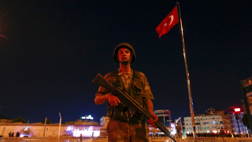 A Turkish military stands guard near the Taksim Square in Istanbul, Turkey, July 15, 2016.   REUTERS/Murad Sezer     TPX IMAGES OF THE DAY