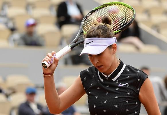 epa07610770 Belinda Bencic of Switzerland plays Laura Siegemund of Germany during their women's second round match during the French Open tennis tournament at Roland Garros in Paris, France, 29 May 2019.  EPA/CAROLINE BLUMBERG