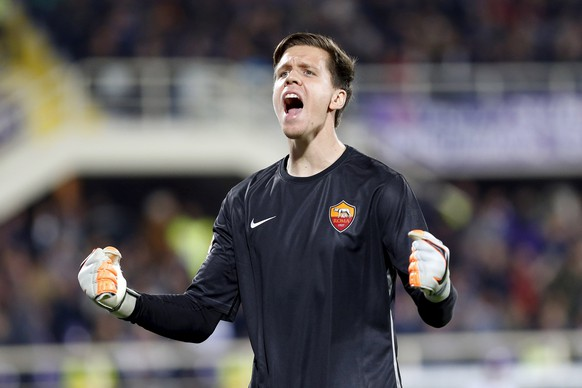 AS Roma's goalkeeper Wojciech Szczesny reacts after his teammate Gervinho (not pictured) scored against Fiorentina during their Serie A soccer match at the Artemio Franchi stadium in Florence, October 25, 2015. REUTERS/Giampiero Sposito
