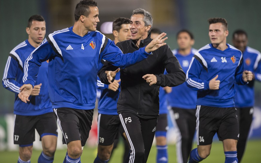 Basel head coach Paulo Sousa, center, Philipp Degen, left, and Toulant Xhaka, right, during a training session in the National Stadion Vasil Levski in Sofia, Bulgaria, on Tuesday, October 21, 2014. Switzerland's FC Basel 1893 is scheduled to play against Bulgaria's Ludogorez Rasgrad in an UEFA Champions League group B soccer match on Wednesday, October 22, 2014.  (KEYSTONE/Ennio Leanza)