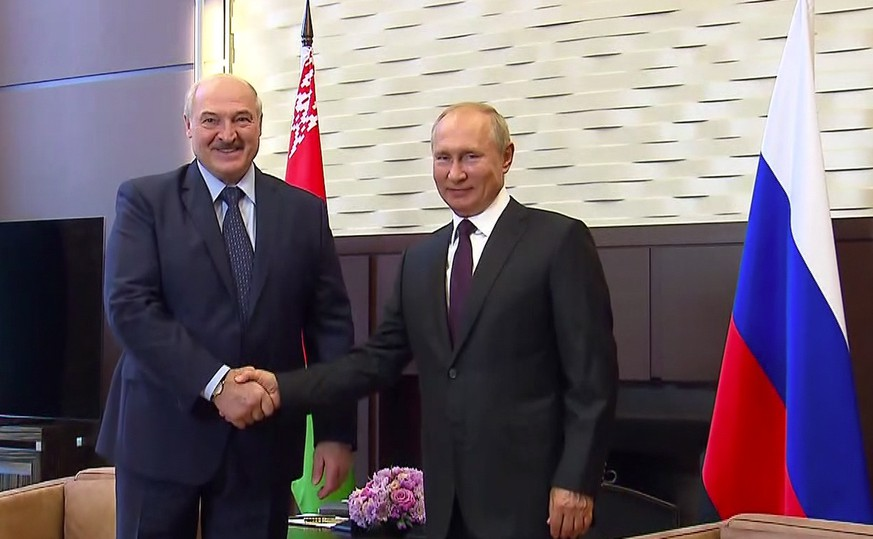 epa08668545 A handout picture made available the Russian Presidential Press and Information Office on the official website of the Russian President kremlin.ru shows Belarus President Alexander Lukashenko (L) shaking hands with Russian President Vladimir Putin (R) during their meeting in the Black Sea resort of Sochi, Russia, 14 September 2020. The Belarusian President is in Russia on a working visi.  EPA/KREMLIN HANDOUT  HANDOUT EDITORIAL USE ONLY/NO SALES