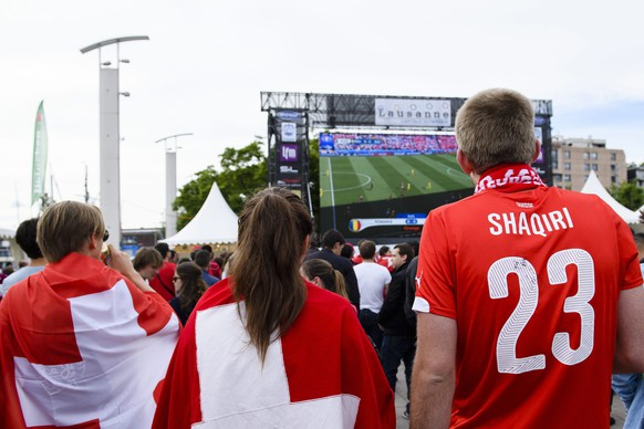 epa05367375 Swiss soccer fans watch the UEFA EURO 2016 match between Switzerland and Romania at the public viewing arena in Lausanne, Switzerland, on Wednesday, June 15, 2016.  EPA/MANUEL LOPEZ