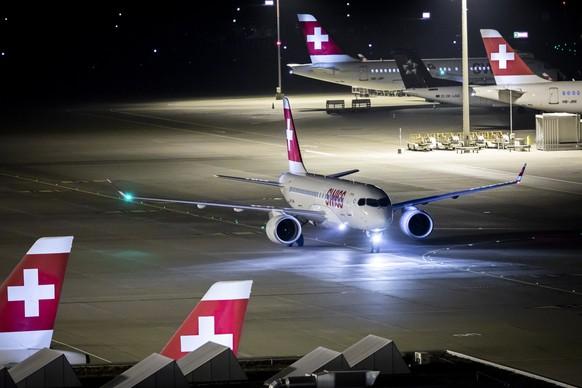 ARCHIVBILD ZUR REDUKTION DER KAPAZITAETEN DER SWISS IM MAERZ UND APRIL UM BIS ZU 50 PROZENT, AM FREITAG, 6. MAERZ 2020 - Ein Airbus A220-100 der Swiss rollt am Flughafen Zuerich am Sonntag, den 16. September 2018 in Kloten. (KEYSTONE/Christian Merz).